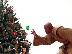 En la foto, el maestro Mace Windu ayudándome a montar el árbol de navidad