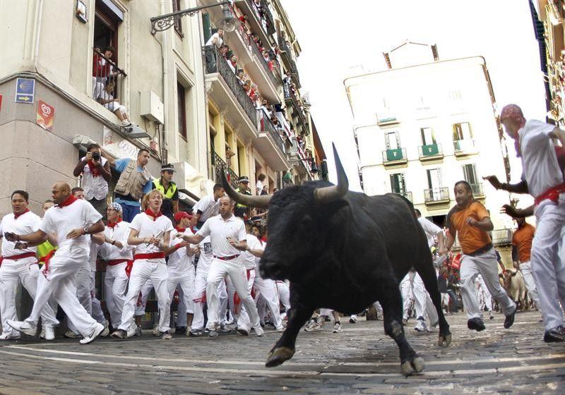 Los toros en el encierro entre los corredores