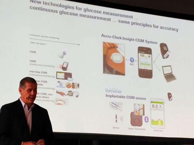 Matthias Axel, de Roche Diabetes Care, presentando las novedades.